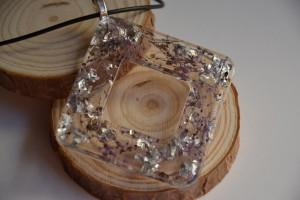 Collana con ciondolo in resina a rombo 'Silver leaf'